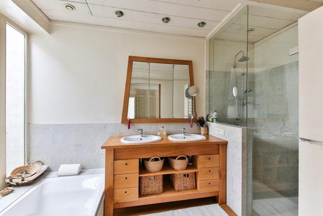 Dřevo v koupelně jako dominantní skříňka pod umyvadlem.