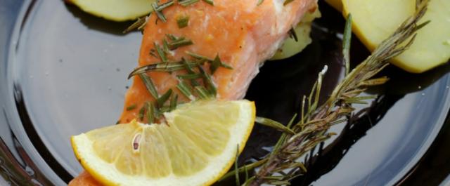 Zdravá večeře ve formě Lososa s citrónem a rozmarýnem